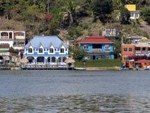 Kleurrijke huizen op Meer Peten Itza, Flores, Guatemala stock afbeeldingen