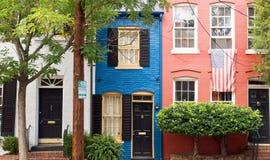Kleurrijke huizen op stadsstraat Stock Foto