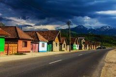 Kleurrijke huizen op stadsstraat stock foto's