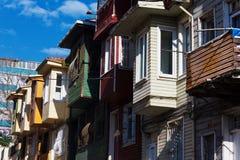 Kleurrijke huizen op stadsstraat - Istanboel Stock Afbeelding