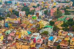 Kleurrijke huizen in overvolle Indische stad Stock Foto