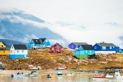 Kleurrijke huizen in Saqqaq-dorp, Groenland royalty-vrije stock foto's