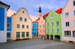 Kleurrijke huizen in van de binnenstad van Schardung, Oostenrijk stock fotografie