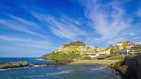 Kleurrijke huizen van Middeleeuwse stad Castelsardo, het eiland van Sardinige, Italië stock video