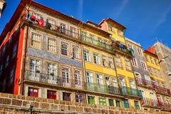 Kleurrijke huizen van Porto Ribeira, traditionele voorgevels, oude multi-colored gebouwen met rode daktegels op de dijk in royalty-vrije stock foto