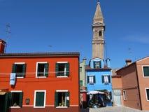 Kleurrijke huizen voor de leunende toren van San Martino Church stock afbeelding