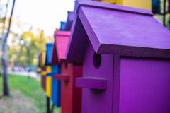 Kleurrijke huizen voor vogels Kleurrijke huizen voor vogels Stock Fotografie