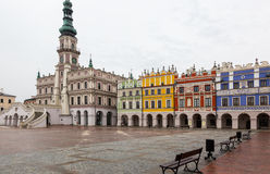 Kleurrijke huurkazernes en huis van de raads het belangrijke zaal op lege ma Stock Fotografie