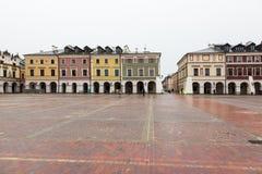 Kleurrijke huurkazernes op leeg marktvierkant in Zamosc, Pola Royalty-vrije Stock Afbeeldingen