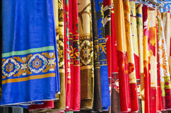 Kleurrijke Indische doek bij Indische markt Stock Foto's