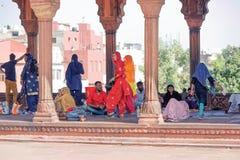 Kleurrijke Indische Families in schaduw stock foto
