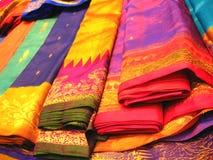 Kleurrijke Indische Sarees Stock Foto
