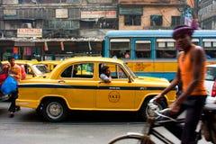 Kleurrijke Indische taxicabine die in een opstopping wordt geplakt Stock Foto