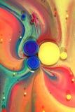 Kleurrijke inktwervelingen op olie Stock Afbeelding