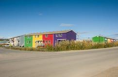 Kleurrijke Inuvik-flats stock afbeelding