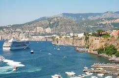 Kleurrijke Italiaanse stad Sorrento stock foto's
