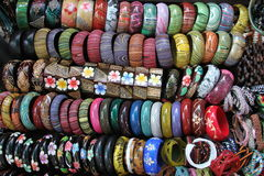 kleurrijke juwelenarmbanden op vertoning bij markt Stock Foto