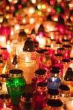 Kleurrijke kaarsen in begraafplaats Wroclaw Stock Afbeeldingen