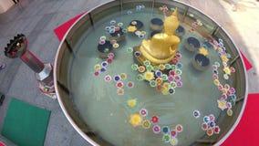 Kleurrijke Kaarsen in Lotus Shape Floating op Water in een Boeddhistische Tempel thailand stock footage