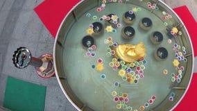 Kleurrijke Kaarsen in Lotus Shape Floating op Water in een Boeddhistische Tempel thailand stock videobeelden
