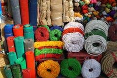 Kleurrijke kabel, koord, streng en jute voor verkoop in Aziatische markt stock foto