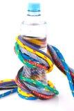 Kleurrijke kabels en fles water Stock Foto's
