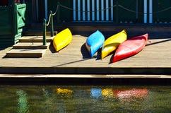 Kleurrijke kajaks op een waterfron Stock Foto's