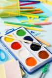Kleurrijke kantoorbehoeftenlevering voor school en kinderenverwezenlijking stock fotografie