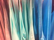 Kleurrijke Katoenen Overhemden die op een rij hangen Royalty-vrije Stock Foto