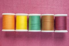 Kleurrijke katoenen spoel op katoenen textiel Royalty-vrije Stock Foto