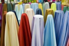 Kleurrijke katoenen stoffen op verkoop stock fotografie