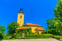 Kleurrijke kerk in OZalj, Kroatië royalty-vrije stock foto