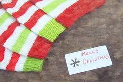 Kleurrijke Kerstmis rode, witte en groene gebreide patronen van de helperhoed van de Kerstman, natuurlijke wol, met de hand gemaa stock foto