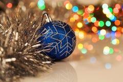 Kleurrijke Kerstmisbal op feestelijke achtergrond Royalty-vrije Stock Afbeeldingen