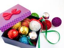 kleurrijke Kerstmisballen in een doos Stock Foto