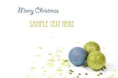 Kleurrijke Kerstmisballen met groene sterren Royalty-vrije Stock Afbeelding