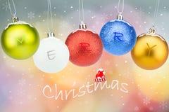 Kleurrijke Kerstmisballen met sneeuwvlokken en sneeuw op kleurrijke bokehachtergrond Royalty-vrije Stock Fotografie