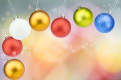 Kleurrijke Kerstmisballen met sneeuwvlokken op kleurrijke bokehachtergrond Royalty-vrije Stock Afbeeldingen