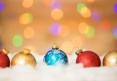 Kleurrijke Kerstmisballen op de sneeuw Royalty-vrije Stock Fotografie