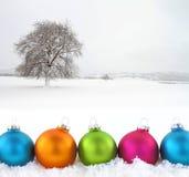 Kleurrijke Kerstmisballen op snowfield Royalty-vrije Stock Afbeelding