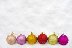 Kleurrijke Kerstmisballen in sneeuw Royalty-vrije Stock Afbeelding