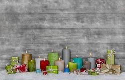 Kleurrijke Kerstmisdecoratie met verschillende kaarsen op grijs en royalty-vrije stock foto's