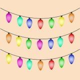 Kleurrijke Kerstmislichten op bruine achtergrond Royalty-vrije Stock Foto