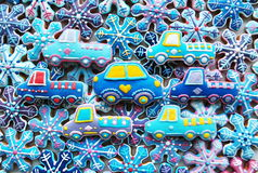 Kleurrijke Kerstmismengeling van Honey Cookies, auto, gevormde sneeuwvlokken Stock Foto