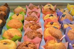 Kleurrijke keurig verfraaide muffins stock afbeeldingen