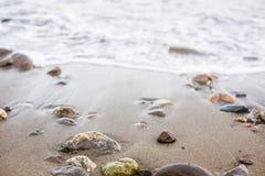 Kleurrijke kiezelsteen op het overzeese strand royalty-vrije stock foto's