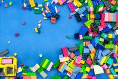 Kleurrijke Kinderen ` s Plastic rond Verspreide de Bouwbakstenen stock fotografie