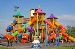 Kleurrijke kinderenspeelplaats bij openbaar park in Ankara, Turkije royalty-vrije stock foto's