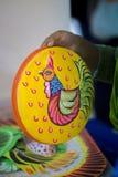 Kleurrijke kip op plaatselijk geroepen sora-Chitro van de aardewerkverf Royalty-vrije Stock Foto