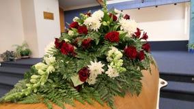 Kleurrijke kist in een lijkwagen of een kapel vóór begrafenis of begrafenis bij begraafplaats stock afbeelding